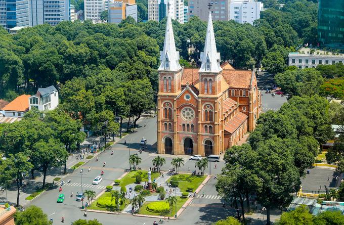 Trước đó, quận 1 đã cải tạo công viên Công trường Lam Sơn, sau lưng Nhà hát thành phố (vốn là bãi xe rộng 1.000 m2). Nhiều công viên khác như Bến Bạch Đằng, công trường Mê Linh, khuôn viên UBND quận cũng sẽ được làm mới trong thời gian tới.