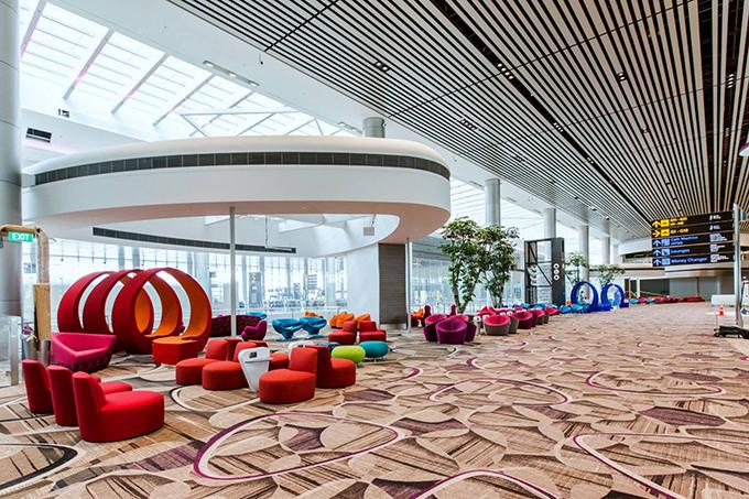 Sân bay có rất nhiều khu vực nghỉ ngơi miễn phí, thậm chí còn có cả phòng ngủ với ghế dài, bịt mắt, ổ cắm điện cho mỗi ghế rất tiện lợi...