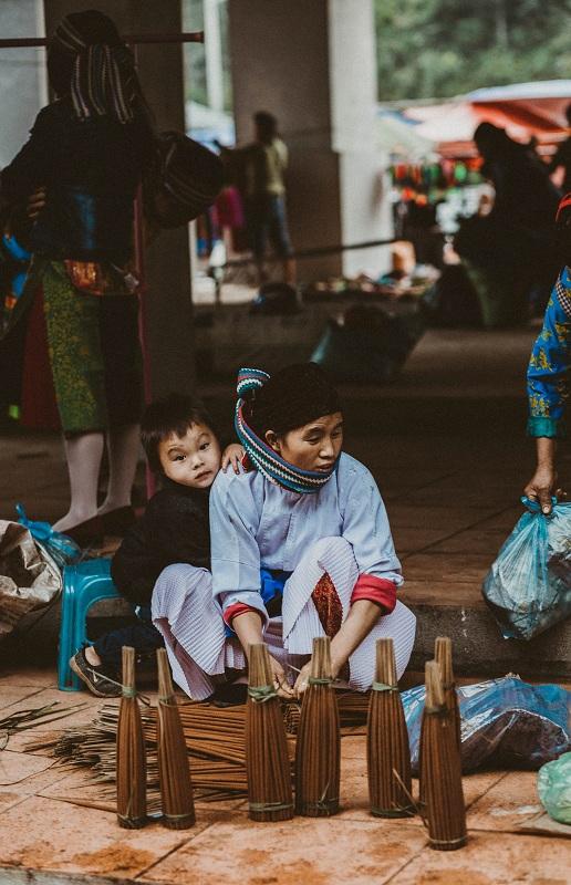 Một trong những nét văn hóa đặc trưng không chỉ có ở Hà Giang mà còn xuất hiện ở nhiều nơi vùng Tây Bắc là chợ phiên. Phiên chợ lùi ở Sà Phìn (Đồng Văn - Hà Giang) diễn ra 4 lần một tháng, chợ bắt đầu họp từ 5h và kết thúc vào buổi trưa.