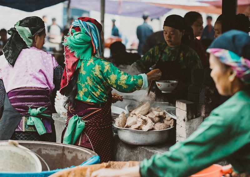 Khi tham gia phiên chợ lùi Sà Phìn, du khách sẽ được trải nghiệm những nét văn hóa đặc sắc của các dân tộc thiểu số sinh sống tại Hà Giang.