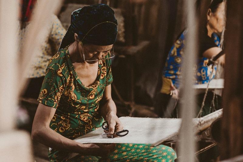 Thật thiếu sót nếu du khách không trải nghiệm nét văn hóa dệt vải lanh của dân tộc H'Mong sinh sống tại mảnh đất này. Làng nghề truyền thống ở thôn Lùng Tám, huyện Quản Bạ là nơi lưu giữ nét đẹp văn hóa giản dị kể trên. Người H'Mong quan niệm chỉ có mặc vải lanh mới không bị lạc tổ tiên.