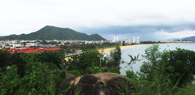 """Quy Nhơn là nơi hội tụ nhiều biển đảo tại Việt Nam. Đến đây, du khách có thể trải nghiệm những hành trình hấp dẫn như Kỳ Co nước trong xanh màu ngọc bích được mệnh danh là """"Maldives của Việt Nam""""; Trung Lương - """"Jeju Việt Nam"""" với hàng dương rì rào, những eo núi uốn lượn, bãi biển cát trắng; Eo Gió vừa lãng mạn vừa hùng vĩ để ngắm hoàng hôn; Hòn Khô nước trong vắt.  Nếu không có thời gian đi xa, bạn vẫn có thể khám phá những vẻ đẹp này ở trung tâm thành phố."""