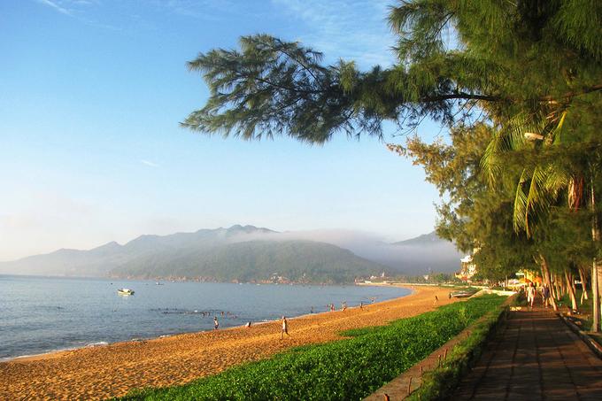 Con đường Xuân Diệu chạy dọc bãi biển Quy Nhơn. Chiều về, bạn có thể ghé những quán ăn bình dân ven biển với các món được nhiều người ưa thích như mực rim, chả cá, nem chua…
