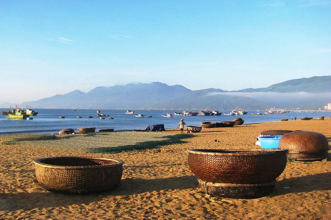 Biển ở thành phố Quy Nhơn trải dài theo hình cánh cung, ôm lấy bờ cát vàng óng ánh. Một bên là biển rộng sóng vỗ rì rào, một bên là các dãy khách sạn, khu resort cao cấp hướng mình đón gió.