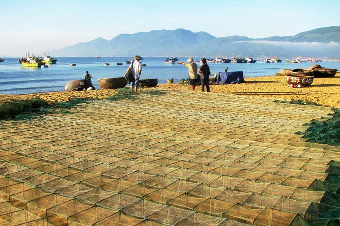 Bên bãi cát trắng dài và mịn, nơi có những cơn sóng êm ái hoang sơ, bạn có thể trò chuyện cùng người dân địa phương.