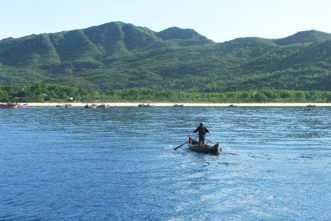 Bán đảo Phương Mai có địa thế hùng vĩ là nơi sinh sống của những người dân làm nghề chài lưới.
