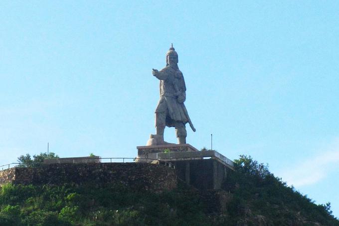 Tượng Trần Hưng Đạo trên bán đảo Phương Mai nhìn ra biển Quy Nhơn.