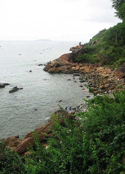 Bãi đá trứng dưới chân núi Ghềnh Ráng, còn gọi là bãi tắm Hoàng hậu.