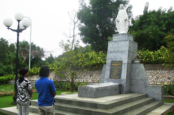 Bạn cũng thể viếng thăm mộ thi sĩ Hàn Mặc Tử trên đỉnh núi Ghềnh Ráng.