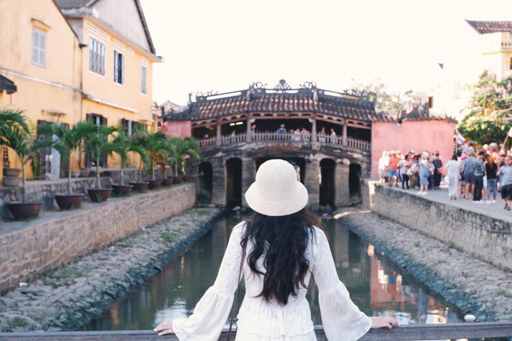Một biểu tượng đáng nhớ của Hội An là chùa Cầu, ngôi chùa độc đáo nằm trên chiếc cầu bắc qua con lạch nhỏ, nối đường Trần Phú và đường Nguyễn Thị Minh Khai trong khu phố cổ. Không chỉ góp mặt trên logo TP Hội An, công trình này còn xuất hiện ở mặt sau tờ tiền polymer mệnh giá 20.000 đồng. Chùa Cầu chủ yếu bằng gỗ, sơn son và chạm trổ công phu. Ảnh: @kunhan0812, @aiiinggg_, @sandyepices, @mr.boo.hue.