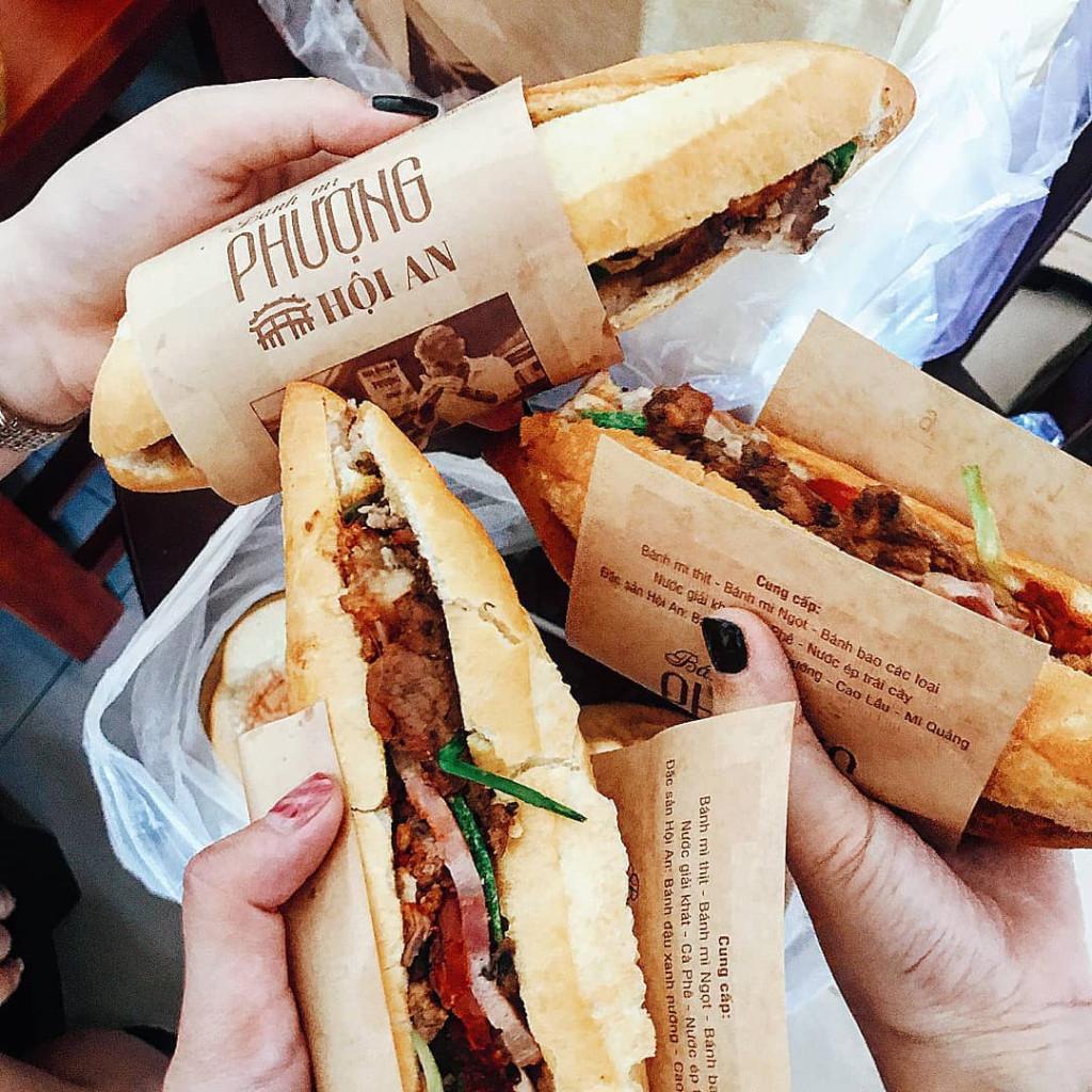 Hội An còn có nhiều món ngon cuốn hút các tín đồ ẩm thực. Ngoài món cao lầu Hội An nổi tiếng từng được Tổ chức Kỷ lục châu Á vinh danh món ăn đạt giá trị ẩm thực châu Á, bạn có thể thưởng thức cơm gà, hến xào, bánh mì, tào phớ, các loại chè nóng, chè lạnh... đầy hấp dẫn ở đây. Ảnh: @jackin.qui, @leeehoa, @thuy.zaan, @monamour28s.