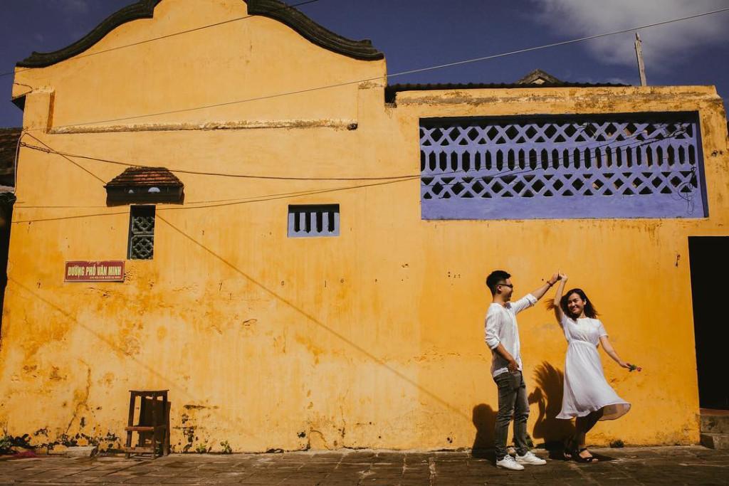 Đô thị cổ Hội An yên bình gây ấn tượng trong tâm trí mọi người bởi màu vàng đặc trưng, nổi bật của các bức tường ở đây. Từng góc phố, con đường, ngõ ngách... của Hội An đem đến background đầy cảm hứng sáng tạo, giúp các bạn trẻ cho ra đời những bức ảnh cực chất. Ảnh: @ngocmiiu, @thanhnhan1802, @vanvann_94, @trannhim93.