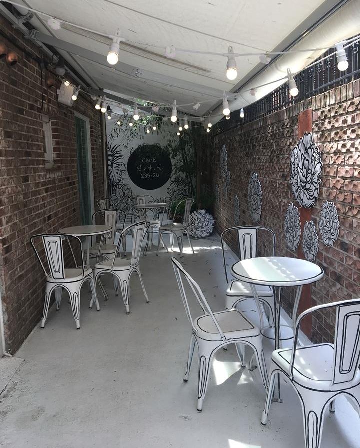 Không gian của quán khá nhỏ, gồm 4 bàn ngoài sân và 2 bàn trong nhà, đủ cho vài lượt khách.