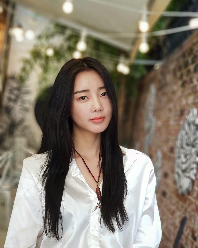 """Park Subin - ca sĩ của nhóm Dal Shabet - cũng bị thu hút bởi tiệm """"cà phê comic"""" này."""