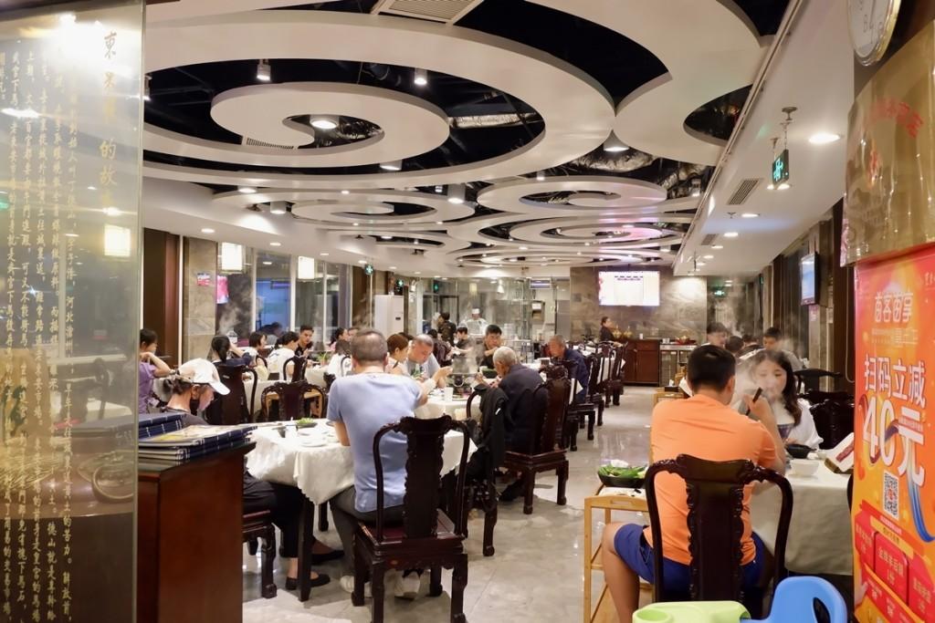 Tọa lạc ngay khu Vương Phủ Tỉnh - trung tâm thủ đô Bắc Kinh (Trung Quốc), Dong Lai Shun luôn đông khách. Món ăn ai cũng muốn thử khi vào đây là lẩu nước trong veo, không màu, không mùi, không vị. Bên trong quán rộng rãi, khách ngồi bàn tròn có mâm xoay ở giữa để tiện gắp thức ăn, đồng thời cũng có phòng riêng dành cho những ai yêu cầu.