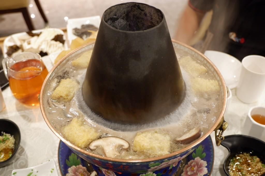 Khác với các loại lẩu có nước hầm từ xương đậm vị hay lẩu Thái chua ngọt, nước lẩu ở Dong Lai Shun là nước lọc, không nêm nếm bất kỳ gia vị gì, chỉ cho vài hạt kỷ tử nên rất nhạt nhẽo. Hương vị của nó chủ yếu là từ các loại đồ ăn kèm như nấm, tàu hũ ky, rau... tiết ra. Bạn phải đợi một lúc lâu mới cảm nhận được chút vị tự nhiên.