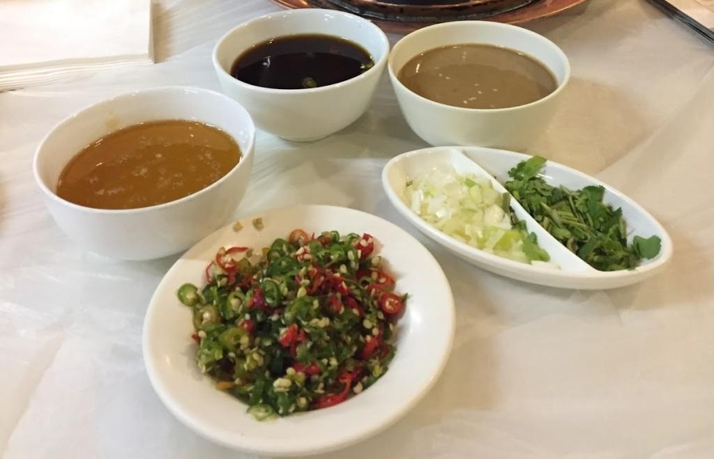 Trái với đa phần những quán lẩu ở Trung Quốc, các loại nước chấm như xì dầu, tỏi, ớt, hành... không miễn phí. Bạn phải trả tầm 10 tệ/chén (khoảng 35.000 đồng). Hầu hết đều là nguyên chất nên khá mặn hoặc nhạt, bạn có thể gọi nhiều thứ rồi pha với nhau cho vị vừa ăn.