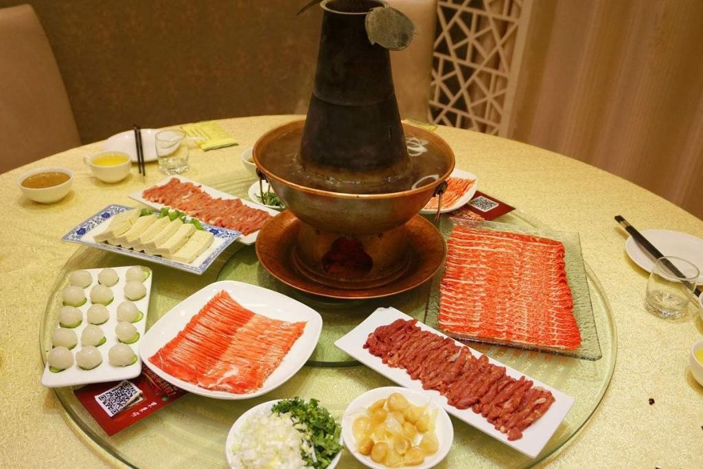 Món này thích hợp dùng vào những ngày đông, hoặc lúc bạn đã ngán các món dầu mỡ đặc trưng của ẩm thực vùng Đông Bắc Trung Quốc nhưng vẫn muốn ăn thịt. Giá đồ ăn không rẻ, phải bỏ ra tầm 300 tệ/người (khoảng 1 triệu đồng) thì mới no nê.