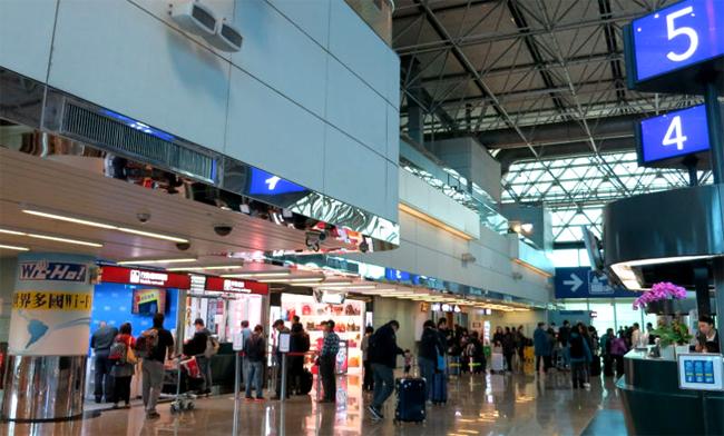 Hãy mua sim hoặc thuê cục phát wifi ngay tại sân bay để tiện liên lạc.