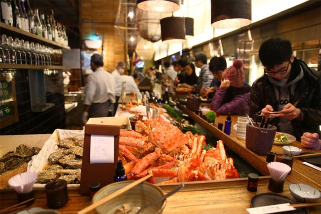 Nếu bạn thích hải sản tươi sống và đồ Nhật thì đây là nơi không thể thiếu trong lịch trình.