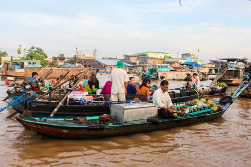 Chợ nổi thường diễn ra vào sáng sớm và bày bán nhiều lại trái cây, đồ ăn cho đến hàng tiêu dùng.