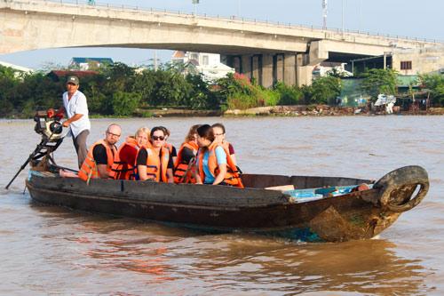Du khách nên mặc áo phao, mang theo hành lý gọn nhẹ khi du lịch miền sông nước.