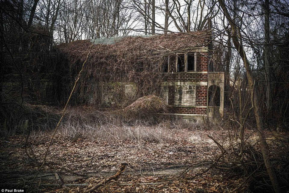 Một tòa nhà bỏ hoang ở bệnh viện Seaview, đảo Staten. Bệnh viện này được xây dựng từ năm 1905 và đóng cửa năm 1970. Tuy nhiên hiện nay, một số tòa nhà đã được tái sử dụng để làm trại thương điên.