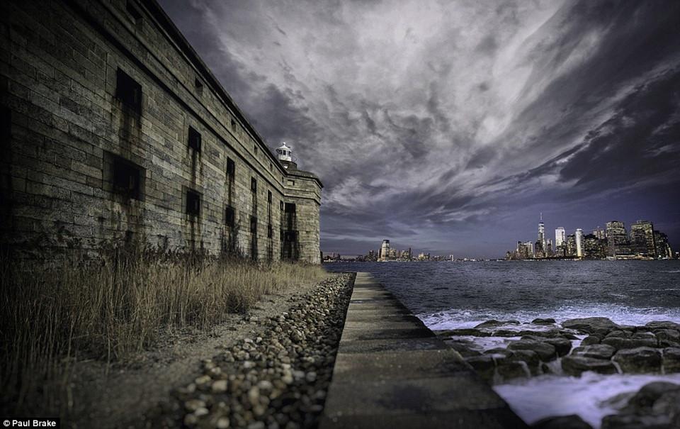 Đường chân trời ở Manhattan thấp thoáng trong bức ảnh tuyệt đẹp, chụp lại pháo đài Battery Weed trên đảo Staten.