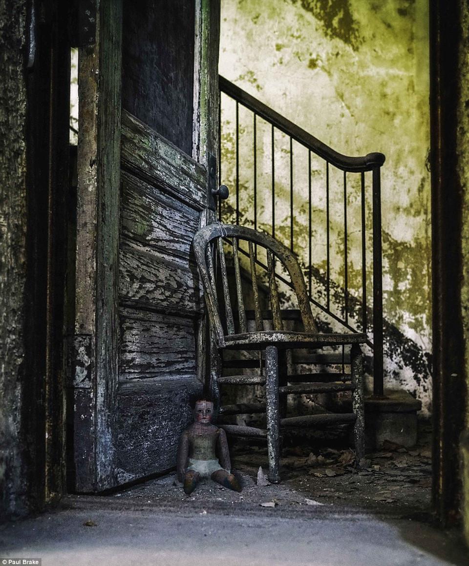 Thật khó để diễn tả sự đáng sợ trong bức ảnh này, cho thấy bệnh viện bỏ hoang ở đảo Ellis không phải là nơi dành cho những người yếu tim.
