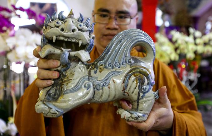 Chùa còn nhiều đồ gốm khác như các bức tượng Phật, chân đèn, ấm chén... Trong đó, nổi bật là hai con nghê do các nghệ nhân Việt chế tác cách đây hai thế kỷ.