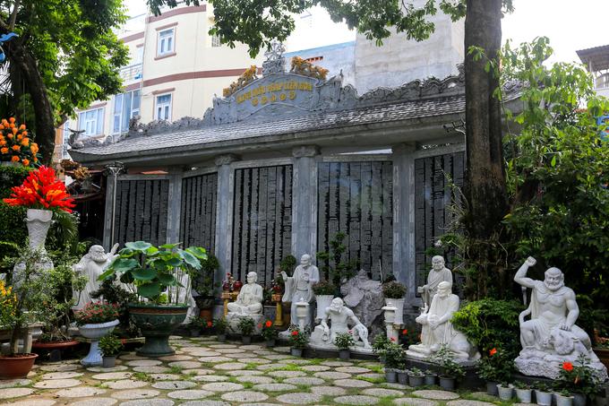 Ngoài ra, ngôi chùa còn sở hữu kỷ lục với bộ Kinh Diệu Pháp Liên Hoa khắc trên đá đầu tiên tại Việt Nam. Bộ kinh gần 70.000 chữ Việt ngữ được sắp xếp bố cục hài hòa, chữ màu trắng khắc trên nền đen của đá granite.  Năm 2015, Chùa Pháp Hoa được công nhận di tích lịch sử tại TP HCM.