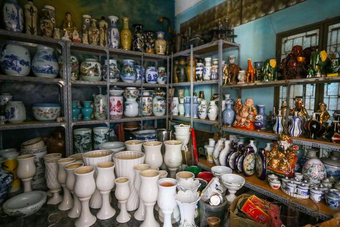Phần lớn những chiếc bình đủ màu sắc, hoa văn, kích thước, niên đại... được nhà chùa bảo quản ở trong kho.
