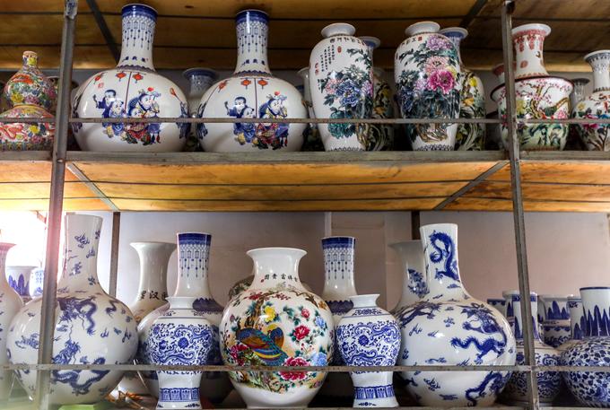 Những cổ vật gốm sứ chủ yếu xuất xứ từ các địa phương làm gốm nổi tiếng ở Việt Nam như Bát Tràng, Biên Hòa, Bình Dương, Chu Đậu.... Một số món đồ có xuất xứ ở Trung Quốc, Nhật Bản...