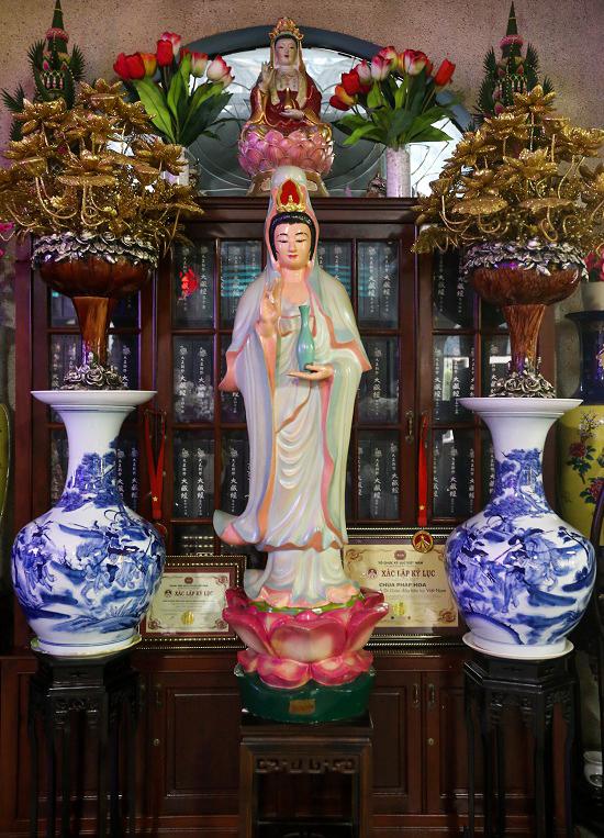 Các món đồ được nhà chùa trang trí khắp nơi xen kẽ với tượng Phật.