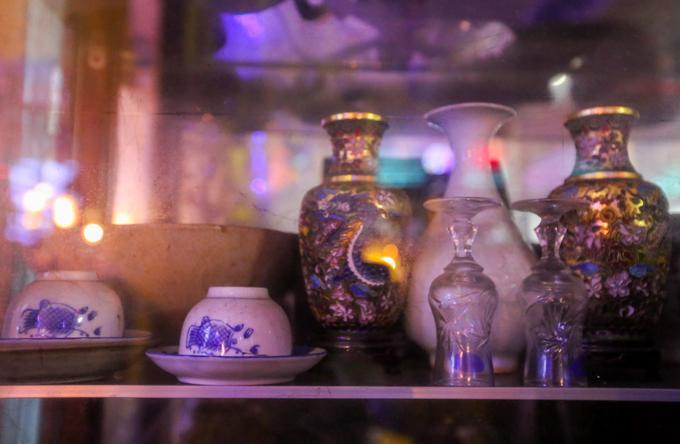 Những chiếc bình xen kẽ với ấm, tách của các làng gốm Việt Nam được bảo quản cẩn thận trong tủ kính.