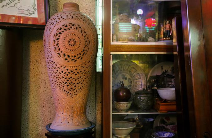 Chiếc bình của dân tộc Chăm có niên đại khoảng thế kỷ 19 được trưng bày trong phòng khách.