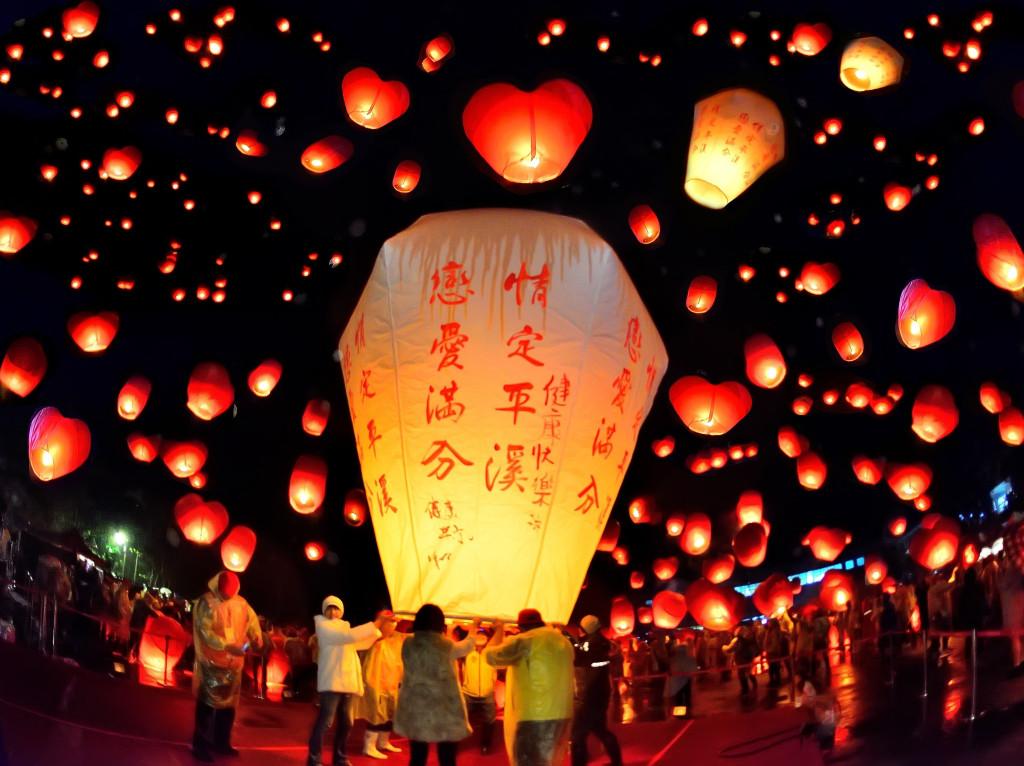Mâm cỗ thưởng trăng của người Trung Quốc không thể thiếu bánh Trung thu truyền thống. Tuy nhiên, tùy theo từng vùng miền, người ta có các loại bánh mang hương vị đặc trưng riêng. Trong đêm rằm, họ thả đèn trên sông, đèn trời Khổng Minh để cầu may mắn, hạnh phúc đến với gia đình. Ảnh: CTUAS, ViralCham.