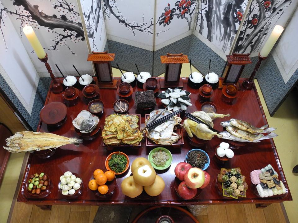 Hàn Quốc: Trung thu hay Chuseok là Lễ tạ ơn, một dịp lễ chính thống ở Hàn Quốc. Người dân thường được nghỉ 3 ngày để chuẩn bị cho Chuseok. Khoảng thời gian này, mọi người nghỉ ngơi, đoàn tụ bên gia đình. Họ cũng nấu mâm cúng với nhiều món ăn truyền thống và đi tảo mộ để thể hiện đạo lý, lòng hiếu thảo với tổ tiên. Ảnh: PinsDaddy.