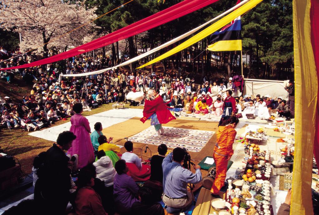 Bên cạnh đó, người Hàn cũng tổ chức nhiều trò chơi truyền thống trong ngày Trung Thu như kéo co, đấu vật, yutnori, kangkangsulle… Điểm đặc trưng khác trong lễ Chuseok là bánh Trung thu Hàn (có tên gọi Songpyeon) hình trăng khuyết hoặc bán nguyệt, làm từ bột gạo, đậu xanh, đường và lá thông. Ảnh: PinsDaddy, Salam Korea.