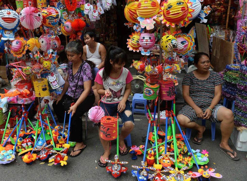 Việt Nam: Theo các nhà khảo cổ, Tết Trung thu ở nước ta có từ ngàn năm trước, với những họa tiết trên mặt trống đồng Ngọc Lũ. Với người Việt Nam, Trung thu cũng là ngày tết thiếu nhi. Vào dịp này, trên đường phố, người ta trang trí nhiều đèn lồng, đèn ông sao, trống, mặt nạ… những món đồ chơi trẻ em. Bên cạnh đó, không khí tưng bừng rộn ràng khắp nơi với những đoàn múa lân, múa sư tử huyên náo. Ảnh: @anhthu109, AFP.