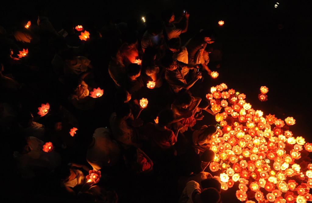 """Trung Quốc: Trung thu là một trong 4 lễ lớn của người Trung Quốc, dịp để mọi người trong gia đình đoàn tụ bên nhau, ăn bữa cơm """"đoàn viên"""". Một số nét đặc trưng của lễ hội Trung Thu còn giữ gìn đến ngày nay ở Trung Quốc kể đến như bánh trung thu, mai mối, chơi đèn lồng và ngắm hoa đăng. Ảnh: China eTours, Pixabay, Getty Images."""