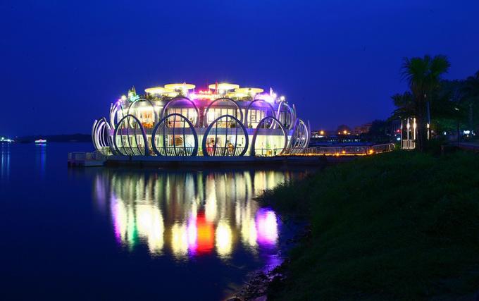 Nhà hàng hình đóa sen nằm trên dòng sông Hương, ngay gần cầu Trường Tiền - vị trí đắc địa mà hiếm quán xá nào ở Huế có được. Kiến trúc lạ mắt khiến không gian này trở thành chốn lui tới quen thuộc của người dân Huế và điểm đến hấp dẫn đối với du khách.