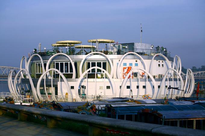 Khối nhà có kết cấu thép, lấy cảm hứng từ bông sen - hình ảnh gợi nhắc xứ Huế và quen thuộc với người dân Việt Nam.