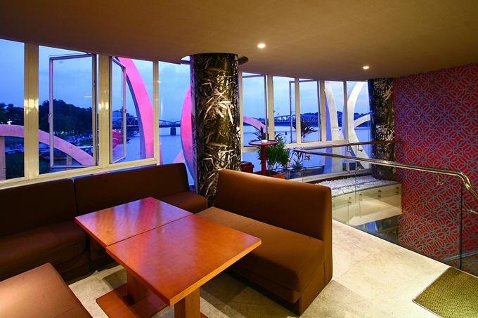 Chủ quán sử dụng những bộ sofa lớn để khách có những chỗ ngồi thư giãn thoải mái.