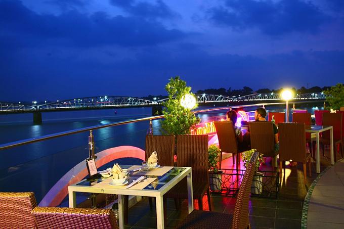 Ngồi ở đây, khách có thể ngắm cảnh sông Hương và cầu Trường Tiền, tận hưởng khí trời mát mẻ trong những buổi chiều tối.