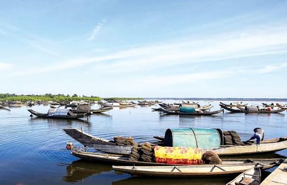Phá Tam Giang êm đềm, đẹp như bức tranh thủy mặc khi chợ nổi vừa tan.
