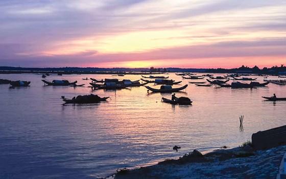 Ngư dân đánh bắt cá tôm lúc rạng sáng trên phá Tam Giang.