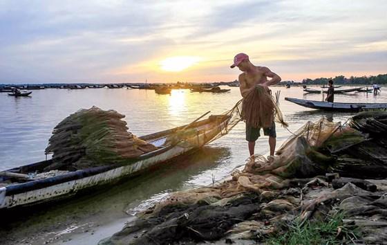 Ngư dân thu ngư cụ chuẩn bị cho chuyến đánh bắt ngày hôm sau.