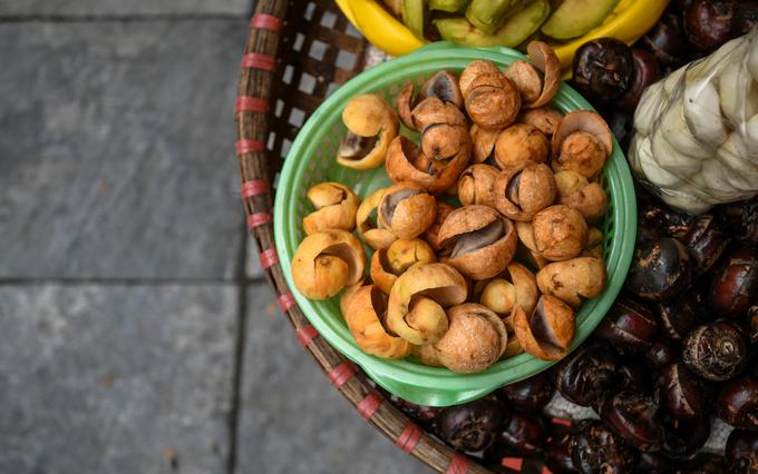 Sấu có từ hè nhưng chỉ thu sang du khách đến Hà Nội mới có thể thưởng thức vị chua dịu của sấu chín. Những quả sấu với vỏ ngoài xù xì thường được dầm với muối ớt. Nhiều người Bắc vào Nam làm việc lâu năm cho biết rất nhớ mùa sấu chín của Hà Nội.