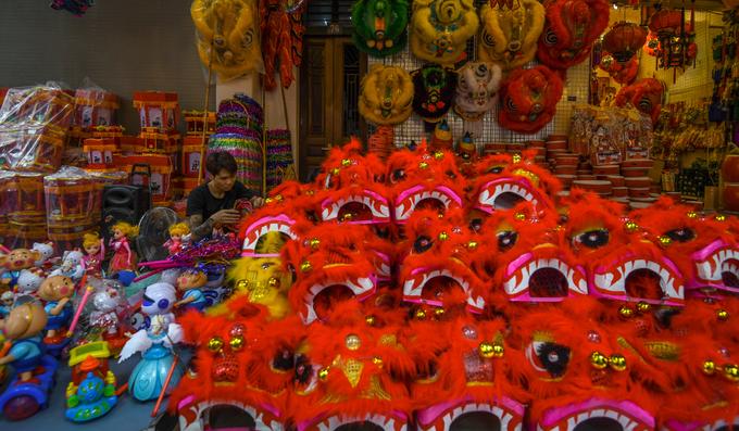 Theo một chủ cửa hàng bán đồ chơi trên phố Hàng Mã, năm nay đồ chơi truyền thống trong nước như mặt nạ giấy bồi, đầu sư tử, trống con được ưa chuộng hơn những đồ chơi xuất xứ Trung Quốc.